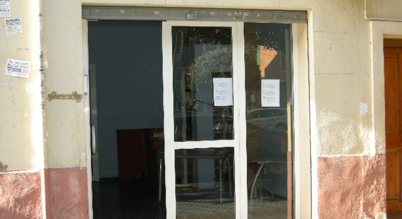 Venta de local de 90m2, 1 puerta con cristalera, recepción, almacén, despacho, aseo. Av. del Puerto. REF.1153-01