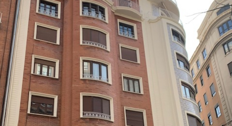 Alquiler de piso amueblado totlamente reformado de 234m2, 6 habitaciones 4 baños, amplísimo salón-comedor, calefacción individual a gas natural, aire acondicionado, suelo de tarima flotante. Junto Mer