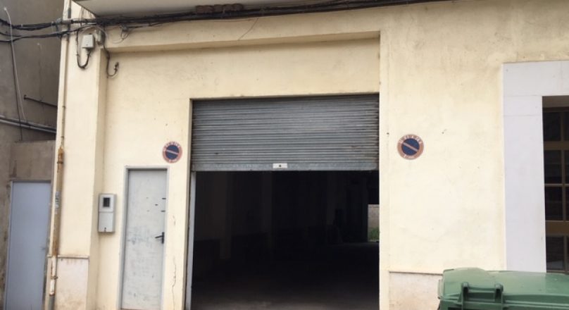 Venta de local comercial de 165m2 (100m2 de local + 65m2 de patio), 1 puerta con vado permanente. REF.1611-01