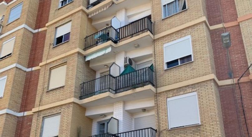 Venta de piso en Castellar de 101m2, 4 habitaciones, baño, para reformar, exterior con balcón. REF.1635-01