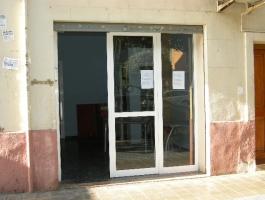 Alquiler de local de 90m2, 1 puerta con cristalera, recepción, almacén, despacho, aseo. Av. del Puerto. REF.1153-01