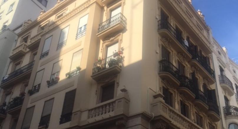 Venta de piso de 105m2 reformado, 2 habitaciones, salón-comedor y cocina, 2 baños (el principal con bañera y ducha), todo exterior a dos calle, 9 ventanales y 5 balcones, vestidor, aire acondicionado.