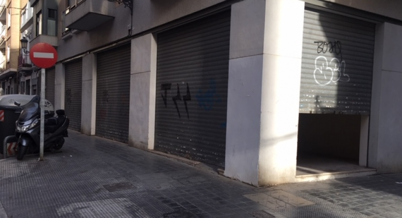 Alquiler de local comercial de 90m2, chaflán con 4 persianas a dos calles, suelo de terrazo, nuevo. Zona Av. Gaspar Aguilar. REF.1604-01